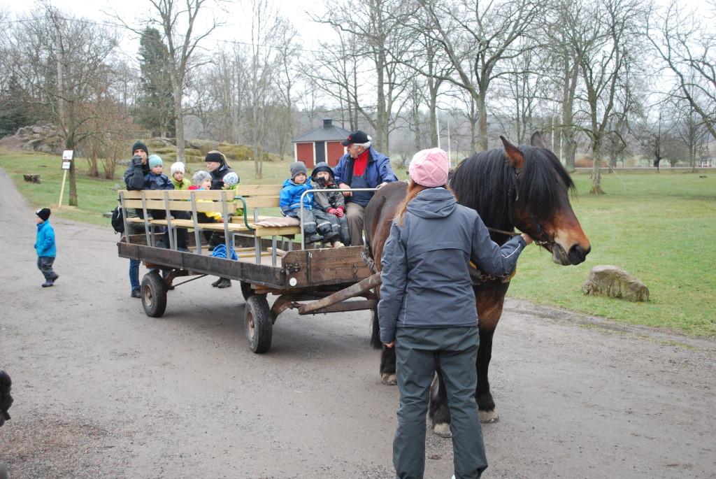 Bild av häst med släpvagn för transport av barn