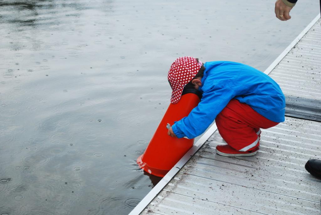 Bild av pojke med vattenkikare