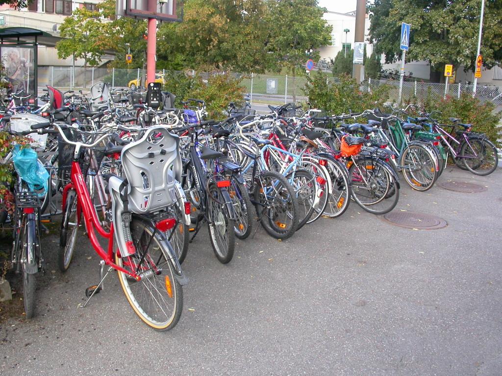 Cykelparkering Kallhälls centrum. Det behövs flera platser.