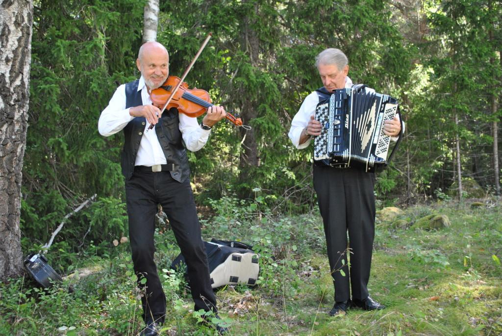 Skälby spelmanslag underhåller (Foto Kennet Andersson)