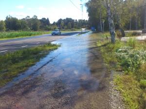 Översvämning Gamla Enköpingsvägen väs Järfälla kyrka